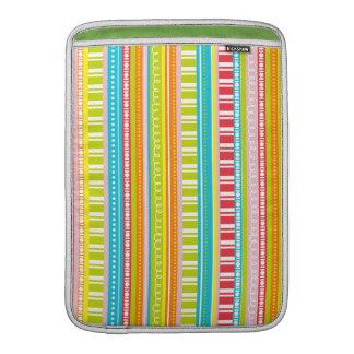 Una celebración de rayas en colores del arco iris funda  MacBook