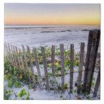 Una cerca de la playa en la puesta del sol azulejo cuadrado grande
