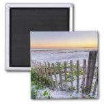 Una cerca de la playa en la puesta del sol imán cuadrado