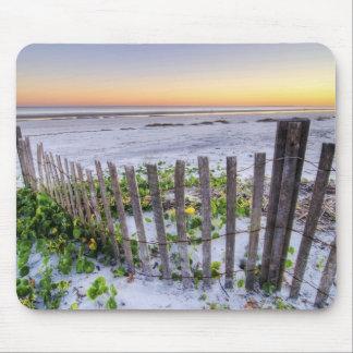 Una cerca de la playa en la puesta del sol alfombrillas de ratón