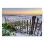 Una cerca de la playa en la puesta del sol tarjeta de felicitación