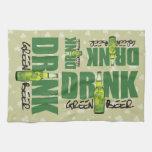 Una cerveza verde más irlandesa de la bebida toalla de mano