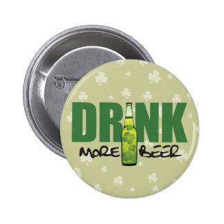 Una cerveza verde más irlandesa de la bebida pins