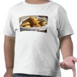 Una cesta de mimbre del desayuno con los camiseta
