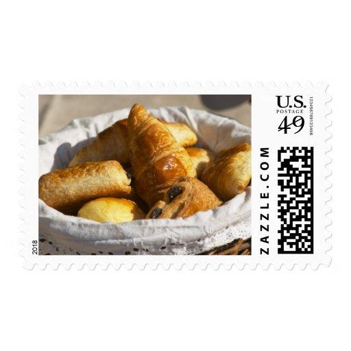 Una cesta de mimbre del desayuno con los sellos