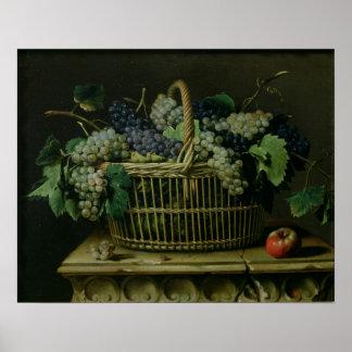 Una cesta de uvas poster
