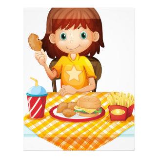 Una chica joven que come en el restaurante de membrete personalizado