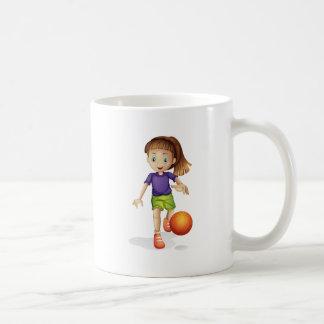 Una chica joven que juega a baloncesto taza básica blanca