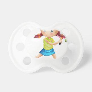 Una chica joven que juega a tenis chupetes de bebé