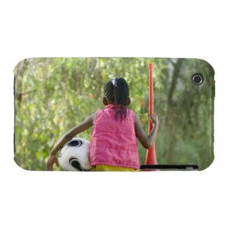 Una chica joven se sienta en un banco, sosteniendo Case-Mate iPhone 3 cárcasa