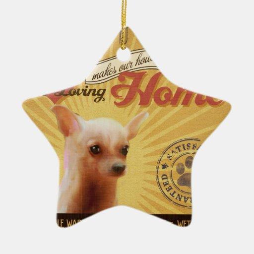 Una chihuahua cariñosa hace nuestro hogar de la ca adorno de navidad