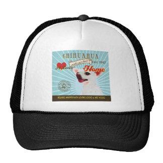Una chihuahua cariñosa hace nuestro hogar de la ca gorras de camionero