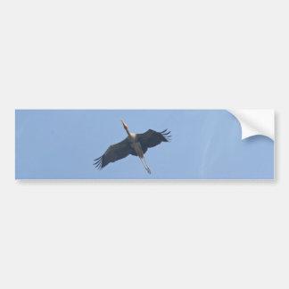 Una cigüeña pintada que vuela arriba en el cielo pegatina de parachoque