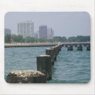 Una ciudad ventosa a través del lago mouse pad