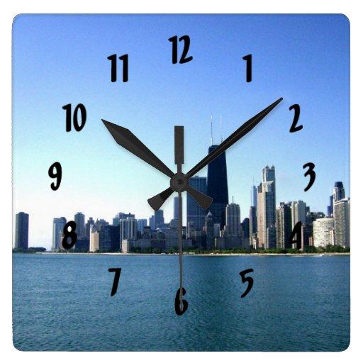 Una ciudad ventosa a través del lago reloj cuadrado