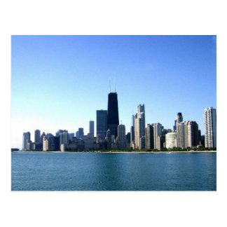 Una ciudad ventosa a través del lago postales