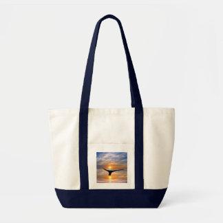 Una cola de las ballenas en la puesta del sol bolsa