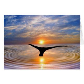 Una cola de las ballenas en la puesta del sol tarjeta de felicitación