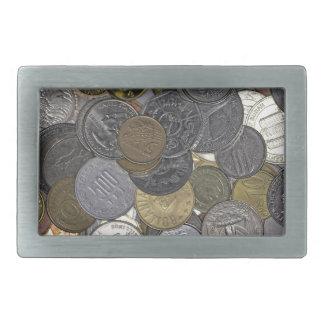 Una colección de monedas viejas e internacionales hebillas de cinturón rectangulares