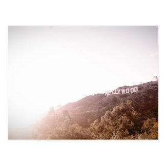 Una colina con hollywood escrito sobre él tarjetas postales