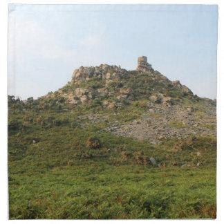 Una colina con las rocas servilleta imprimida
