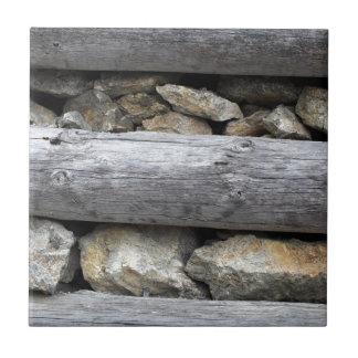 Una construcción de madera de piedra azulejo cuadrado pequeño