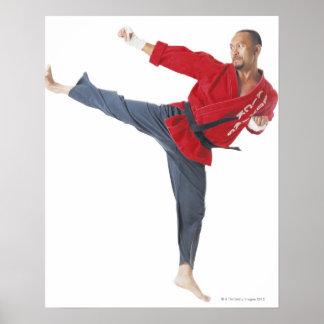 una correa negra del karate masculino asiático que impresiones