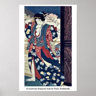 Una cortesana que fija su pelo por Taiso Yoshitos Poster