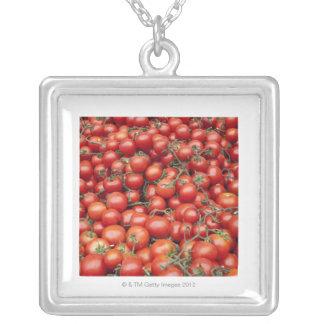 Una cosecha grande del tomate en una parada del me collar personalizado