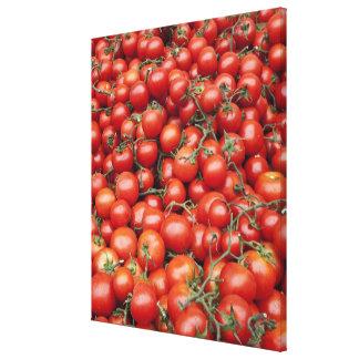 Una cosecha grande del tomate en una parada del me impresión en lienzo estirada