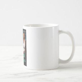 Una cubierta dañada de la joya taza básica blanca