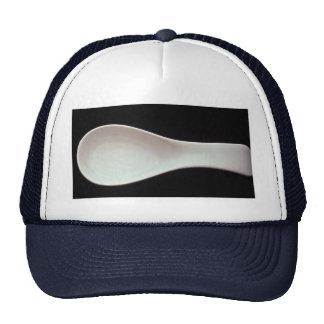 Una cuchara blanca de la porcelana gorra