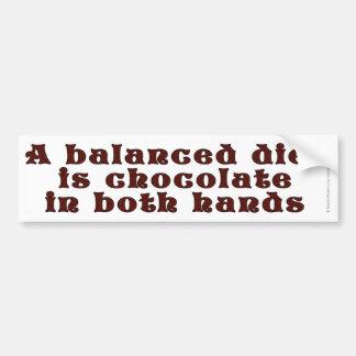 Una dieta equilibrada es chocolate en ambas manos pegatina para auto