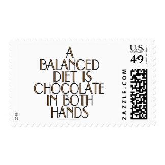 Una dieta equilibrada es chocolate en ambas manos franqueo