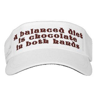Una dieta equilibrada es chocolate en ambas manos visera
