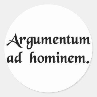 Una discusión contra el hombre pegatina redonda