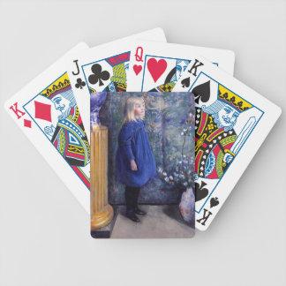 Una en vestido azul barajas de cartas