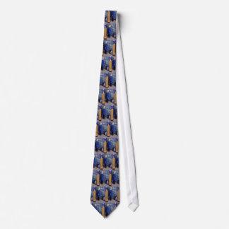 Una en vestido azul corbata