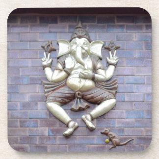Una escultura de dios hindú Ganesha Posavasos