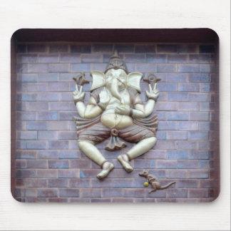 Una escultura de dios hindú Ganesha Alfombrillas De Raton