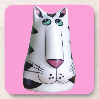 Una escultura fresca del gato posavasos de bebidas
