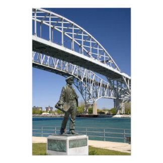 Una estatua de Thomas Edison del artista local Min Impresiones Fotograficas