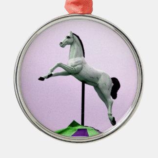 Una estatua del carrusel del caballo blanco contra ornamente de reyes