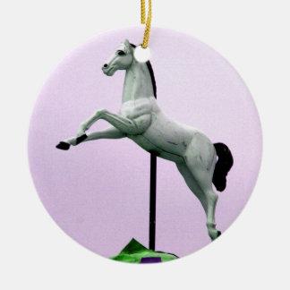 Una estatua del carrusel del caballo blanco contra ornato
