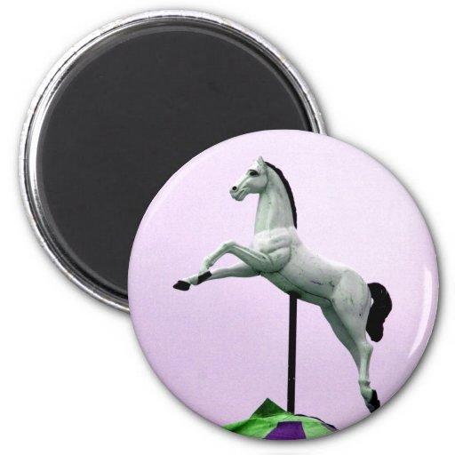 Una estatua del carrusel del caballo blanco contra iman