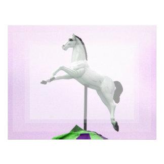 Una estatua del carrusel del caballo blanco contra membretes personalizados