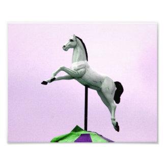 Una estatua del carrusel del caballo blanco contra foto