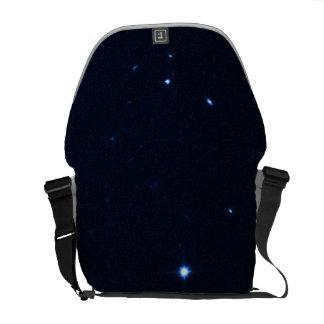 Una estrella que apresura se coge en la cámara de  bolsa messenger