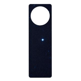 Una estrella que apresura se coge en la cámara de  colgador para puerta