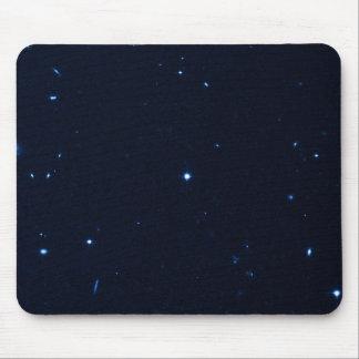 Una estrella que apresura se coge en la cámara de  tapetes de raton